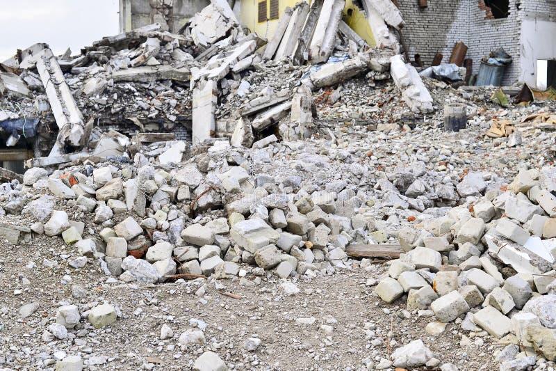 Καταστρεμμένη παραμένει μιας μεγάλης βιομηχανικής δυνατότητας Σωρός των βράχων στο πρώτο πλάνο Υπόβαθρο στοκ φωτογραφία