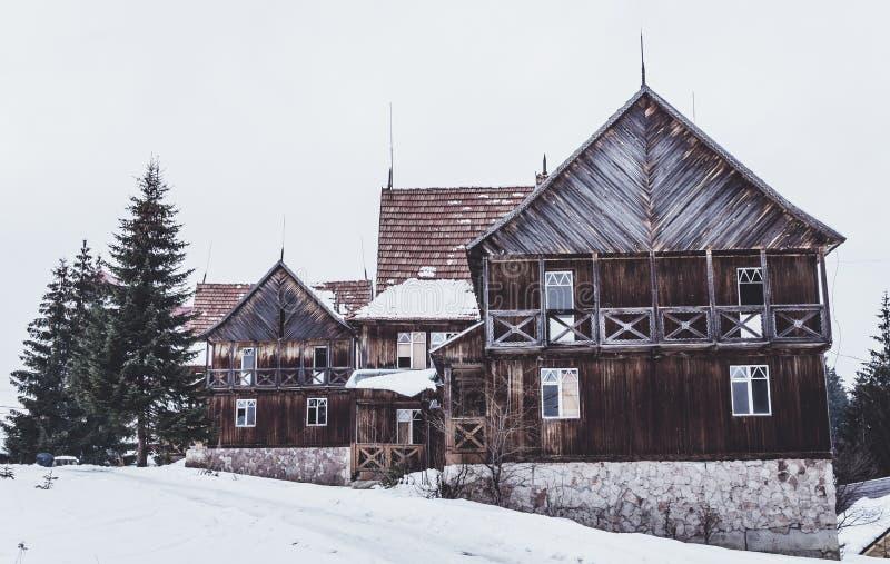 Καταστροφές ενός παλαιού ξύλινου μεγάρου στα βουνά στοκ φωτογραφίες με δικαίωμα ελεύθερης χρήσης