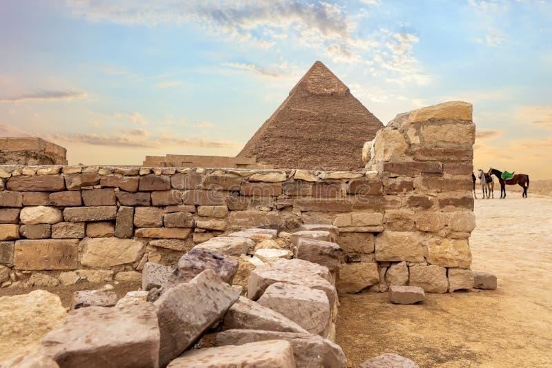 Καταστροφές ναών και η πυραμίδα Khafre, Giza, Αίγυπτος στοκ φωτογραφίες με δικαίωμα ελεύθερης χρήσης