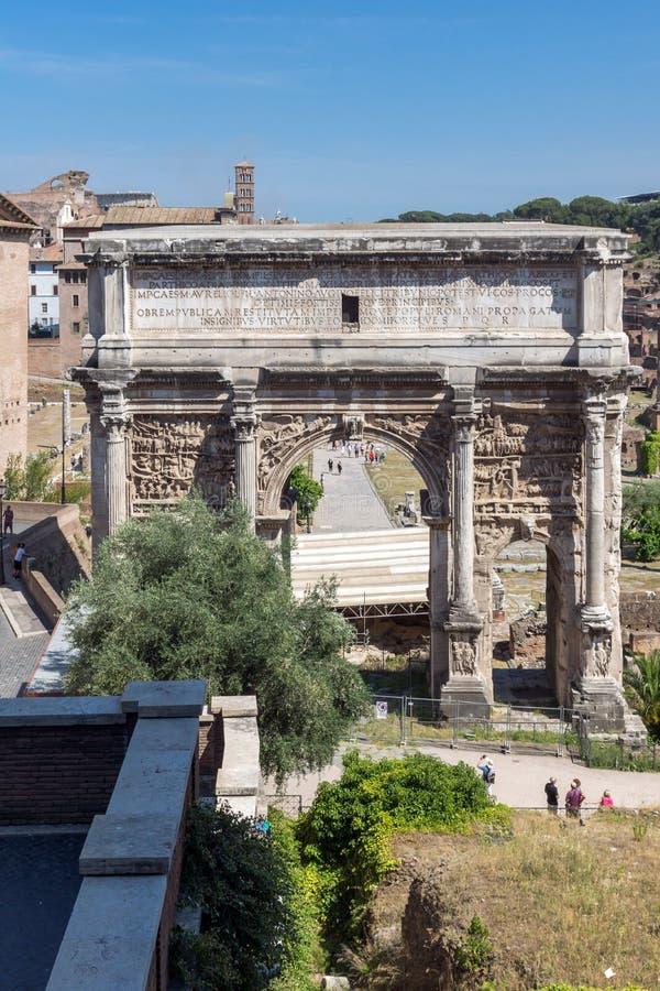 Καταστροφές της αψίδας Septimius Severus και του ρωμαϊκού φόρουμ στην πόλη της Ρώμης, Ιταλία στοκ εικόνα