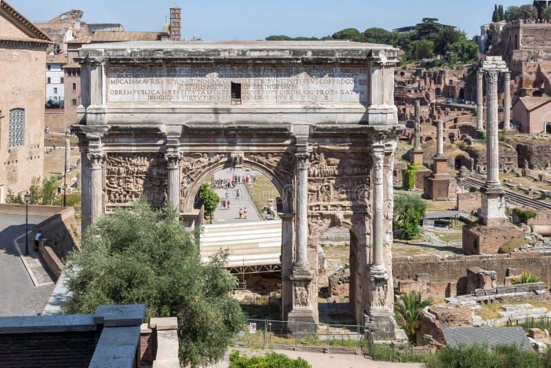 Καταστροφές της αψίδας Septimius Severus και του ρωμαϊκού φόρουμ στην πόλη της Ρώμης, Ιταλία στοκ εικόνα με δικαίωμα ελεύθερης χρήσης