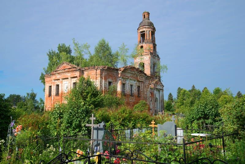 Καταστροφές της ριγμένης εκκλησίας Vozdvizhensky στο παλαιό νεκροταφείο Χωριό Shashkovo Περιοχή Yaroslavl στοκ εικόνες