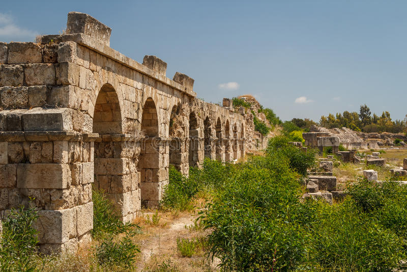 Καταστροφές της ρωμαϊκής πόλης στο ελαστικό αυτοκινήτου στοκ φωτογραφία με δικαίωμα ελεύθερης χρήσης