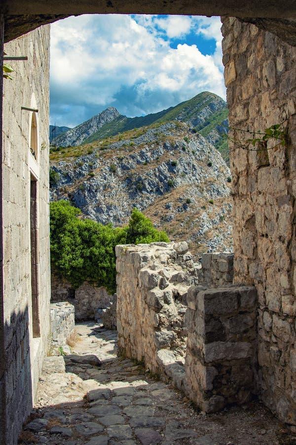 Καταστροφές του αρχαίου φρουρίου στην πόλη του παλαιού φραγμού στο Μαυροβούνιο στοκ εικόνες