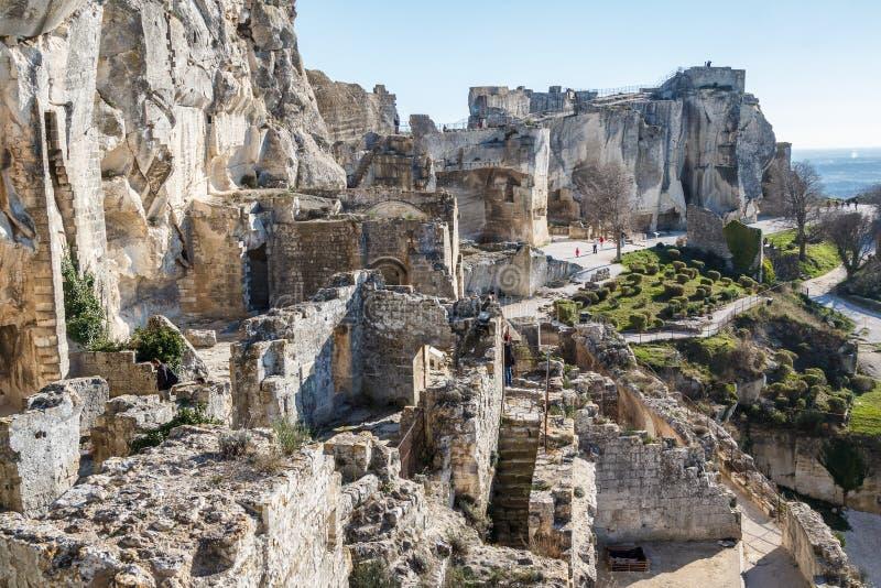 Καταστροφές του κάστρου που στέκεται επάνω του γραφικού χωριού στοκ εικόνες