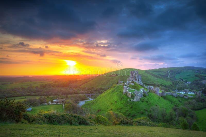 Καταστροφές του κάστρου Corfe στο ηλιοβασίλεμα στοκ εικόνες