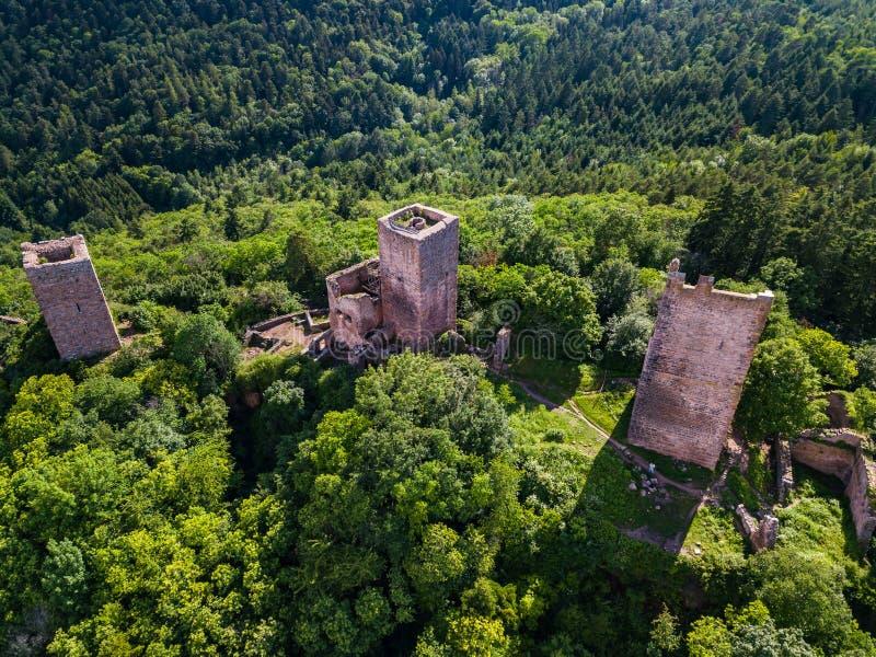 Καταστροφές τριών κάστρων κοντά στη Colmar, Αλσατία Εναέρια άποψη κηφήνων στοκ φωτογραφία