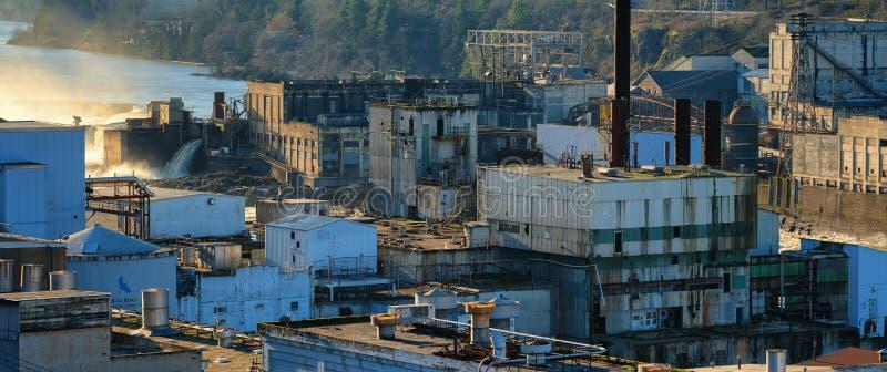 Καταστροφές των παλαιών εγκαταστάσεων παραγωγής ενέργειας και του μύλου εγγράφου στην πόλη του Όρεγκον στοκ εικόνες