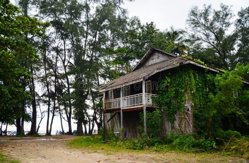 Καταστροφή μιας καλύβας παραλιών που καταστρέφεται από τον υγρό καιρό, στο Μιανμάρ στοκ εικόνα