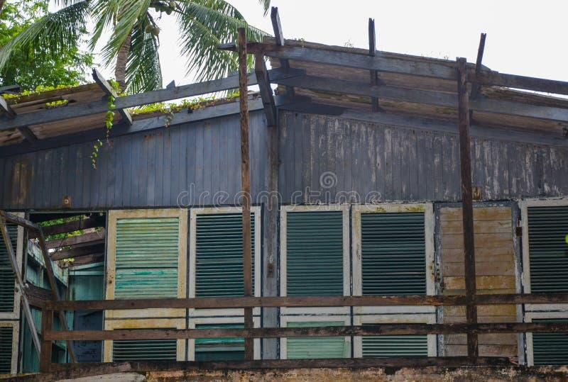 Καταστροφή μιας καλύβας παραλιών που καταστρέφεται από τον υγρό καιρό, στο Μιανμάρ στοκ φωτογραφίες με δικαίωμα ελεύθερης χρήσης
