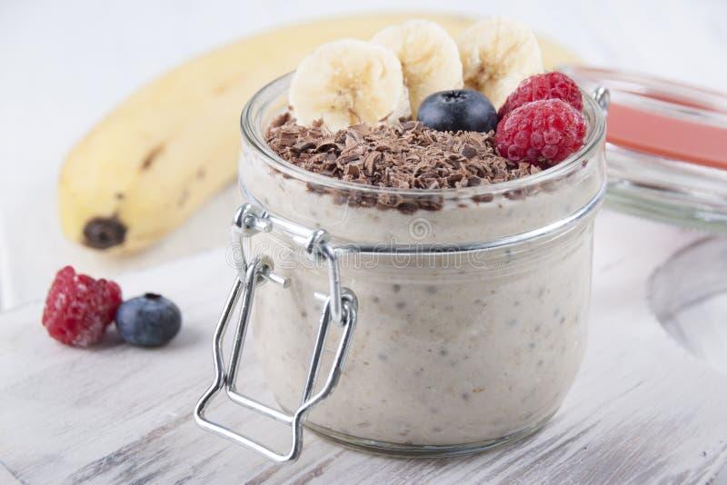 Καταφερτζήδες με τους σπόρους, oatmeal, την μπανάνα και τα μούρα chia του bluebe στοκ φωτογραφία με δικαίωμα ελεύθερης χρήσης