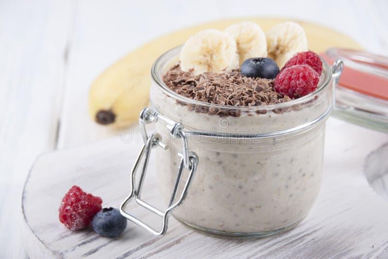 Καταφερτζήδες με τους σπόρους, oatmeal, την μπανάνα και τα μούρα chia του bluebe στοκ εικόνες με δικαίωμα ελεύθερης χρήσης