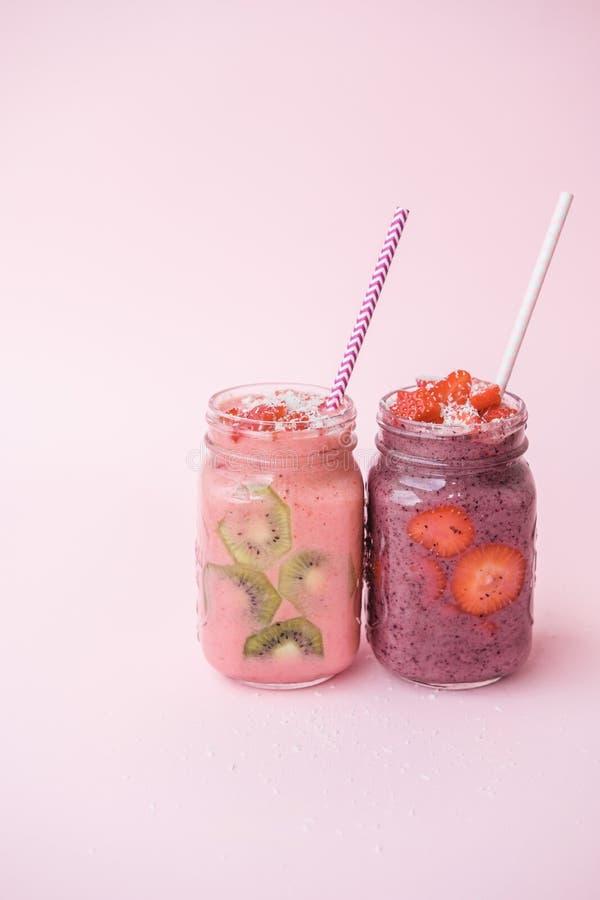 Καταφερτζήδες μούρων με τις φράουλες και βακκίνια σε ένα βάζο γυαλιού στοκ εικόνες με δικαίωμα ελεύθερης χρήσης