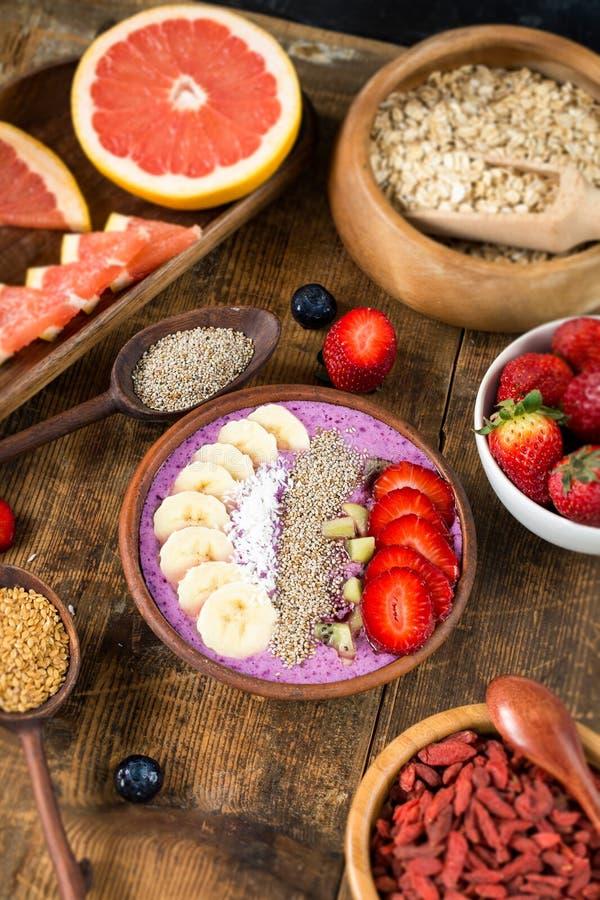 Καταφερτζής βακκινίων και διάφορα superfoods στοκ εικόνα