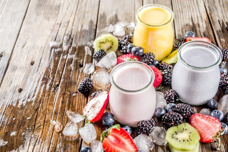 Καταφερτζής θερινών φρούτων και μούρων στοκ φωτογραφία