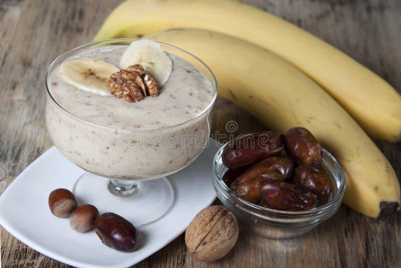 Καταφερτζής με μια μπανάνα με τις ημερομηνίες και τα καρύδια στοκ φωτογραφία με δικαίωμα ελεύθερης χρήσης