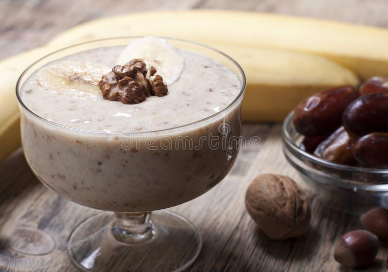 Καταφερτζής με μια μπανάνα με τις ημερομηνίες και τα καρύδια στοκ φωτογραφίες με δικαίωμα ελεύθερης χρήσης