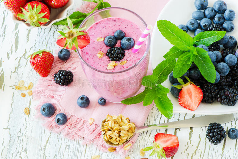 Καταφερτζής μούρων, υγιές ποτό θερινού detox γιαουρτιού, διατροφή ή vegan στοκ εικόνα