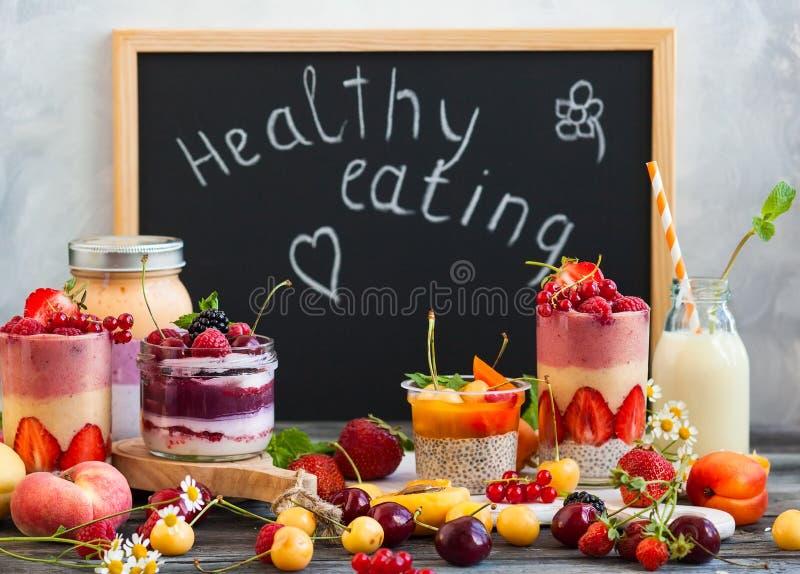 Καταφερτζής μούρων φρούτων στοκ εικόνες