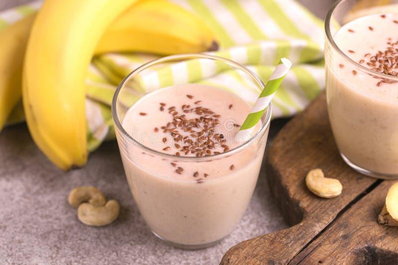 Καταφερτζής μπανανών και αμυγδάλων με τους σπόρους πιπεροριζών και λιναριού στοκ εικόνες με δικαίωμα ελεύθερης χρήσης
