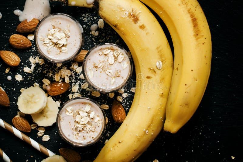 Καταφερτζής μπανανών με τα επίγεια αμύγδαλα και τις νιφάδες βρωμών σε μια σκοτεινή ΤΣΕ στοκ φωτογραφία με δικαίωμα ελεύθερης χρήσης