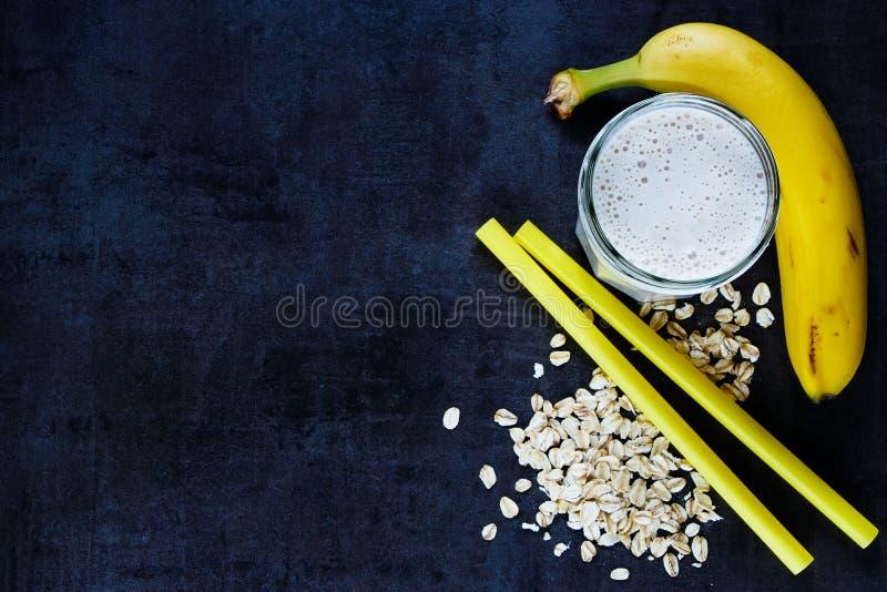 Καταφερτζής μπανανών με τις νιφάδες βρωμών στοκ εικόνα