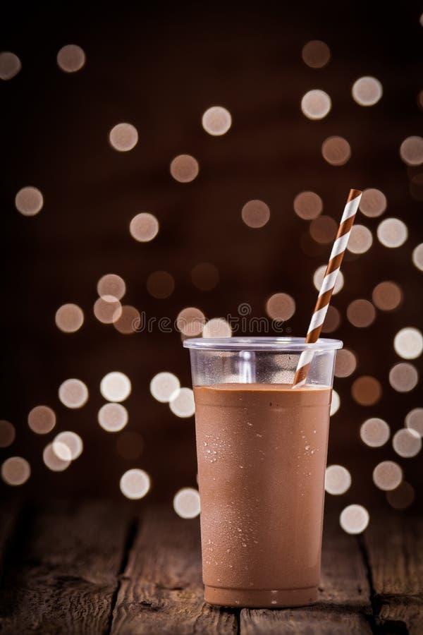 Καταφερτζής σοκολάτας ή milkshake με τα φω'τα κομμάτων στοκ φωτογραφία