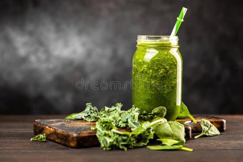Καταφερτζής σπανακιού και κατσαρού λάχανου στοκ φωτογραφία