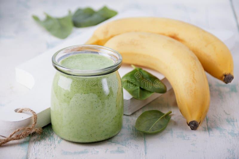 Καταφερτζής σπανακιού με την μπανάνα και το γιαούρτι στοκ εικόνες