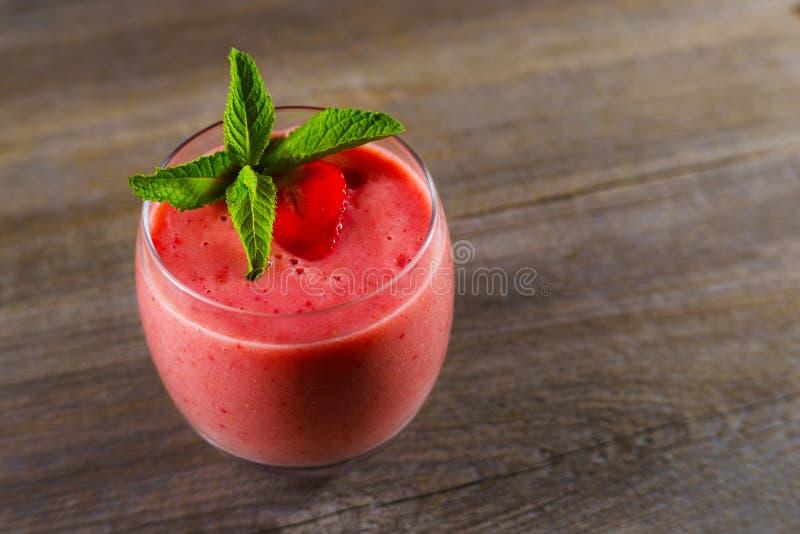 Καταφερτζής φραουλών, κρύο αναζωογονώντας ποτό στοκ εικόνες