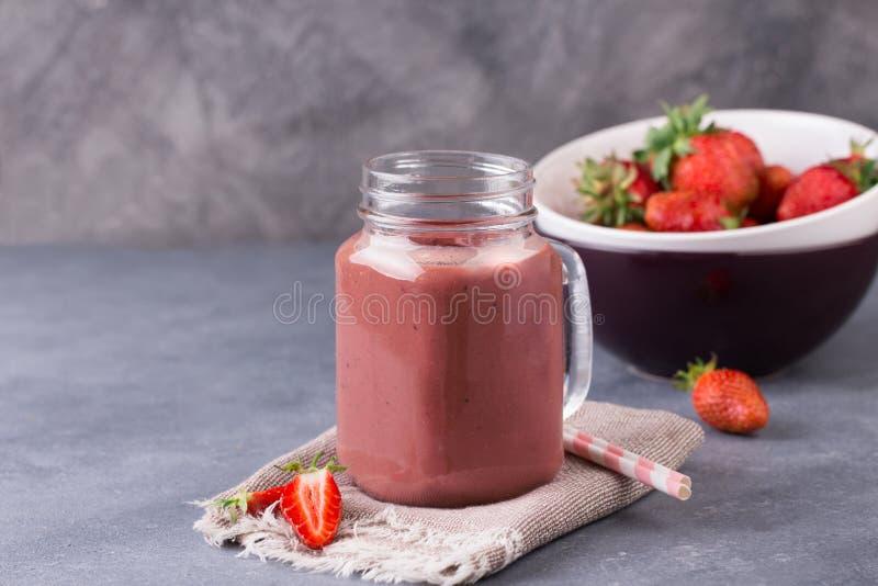 Καταφερτζής φραουλών ή milkshake στο βάζο στο γκρίζο αγροτικό υπόβαθρο στοκ φωτογραφίες με δικαίωμα ελεύθερης χρήσης