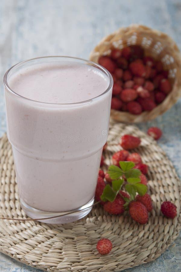 Καταφερτζήδες με τη φρέσκια φράουλα στοκ φωτογραφία με δικαίωμα ελεύθερης χρήσης