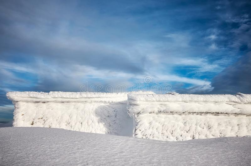 Καταφύγιο βουνών που καλύπτεται με το χιόνι και τον παγετό στοκ φωτογραφίες