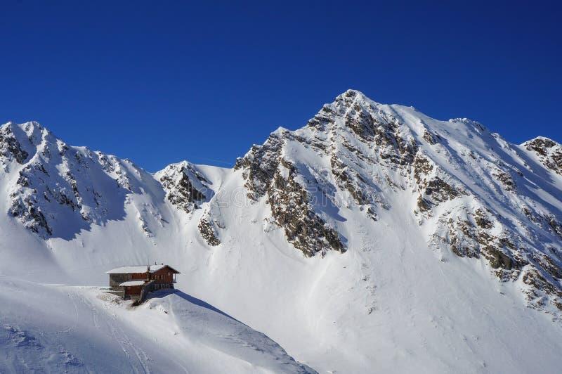 Καταφύγιο βουνών στα βουνά της Ρουμανίας στοκ εικόνα με δικαίωμα ελεύθερης χρήσης