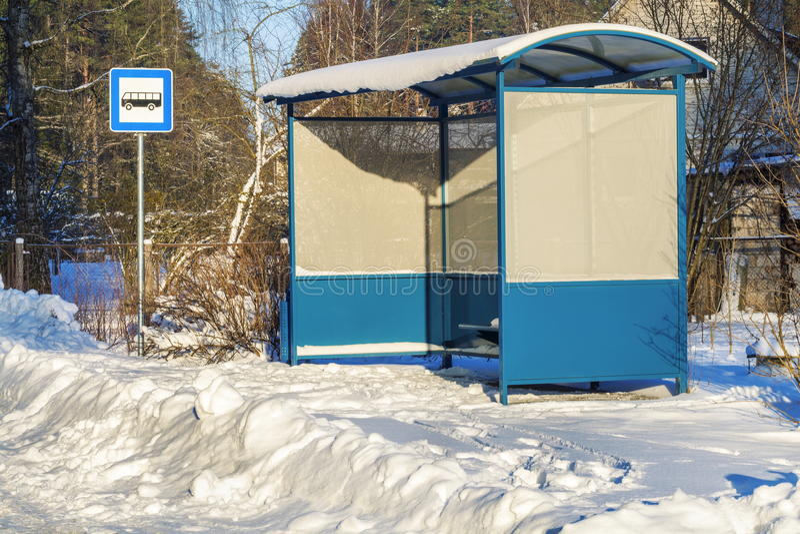 Καταφύγιο λεωφορείων κοντά στο χιονισμένο δρόμο το χειμώνα στοκ φωτογραφίες