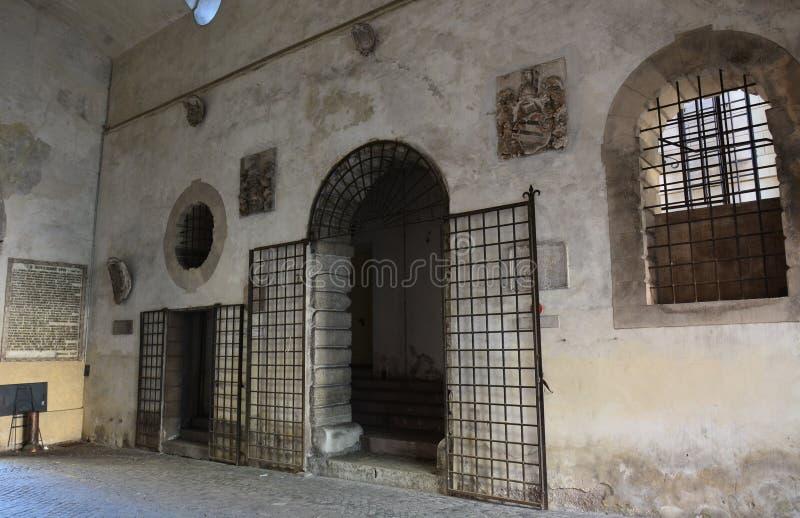καταχωρήσεις του δημοτικού θεάτρου για τους καλλιτέχνες, κάτω από Porta Dojona Belluno στοκ φωτογραφίες