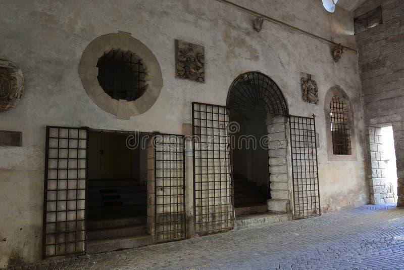 καταχωρήσεις του δημοτικού θεάτρου για τους καλλιτέχνες, κάτω από Porta Dojona Belluno στοκ φωτογραφία με δικαίωμα ελεύθερης χρήσης