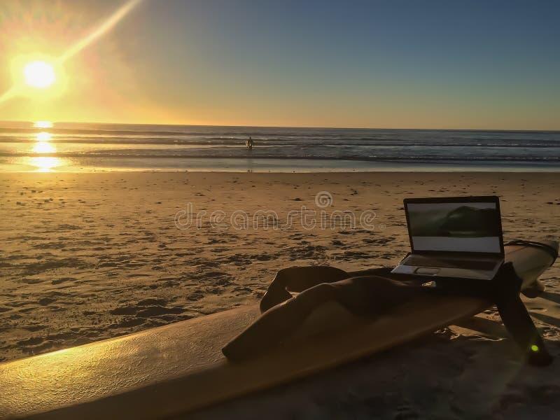 Καταλαβαίνω surfer τεχνολογίας στοκ φωτογραφίες