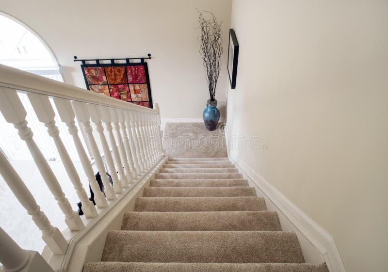Κατεβαίνοντας ανοικτή σκάλα με την κάλυψη με τάπητα στοκ εικόνα με δικαίωμα ελεύθερης χρήσης