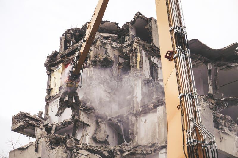Κατεδάφιση οικοδόμησης, μηχανή εκσκαφέων στοκ φωτογραφία με δικαίωμα ελεύθερης χρήσης