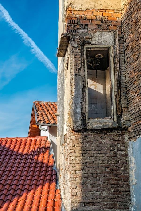 Κατεδαφισμένο σπίτι, καινούργιο σπίτι στοκ εικόνες με δικαίωμα ελεύθερης χρήσης