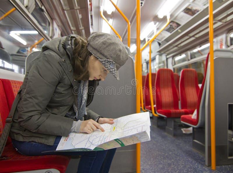 Κατευθύνσεις ανάγνωσης τουριστών στοκ φωτογραφία με δικαίωμα ελεύθερης χρήσης