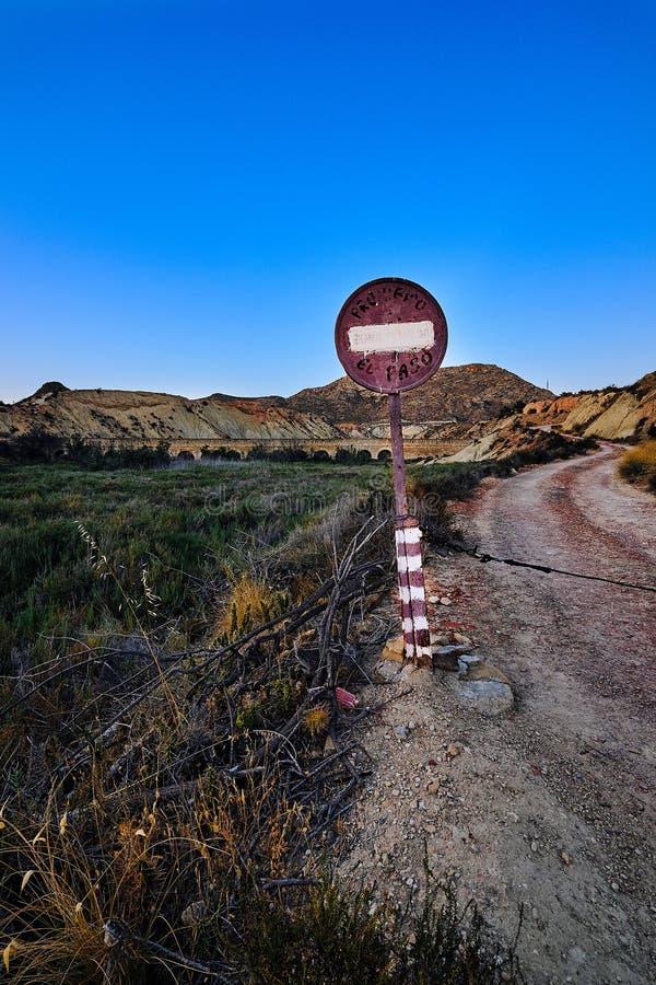 """Κατευθύνσεις των σημαδιών """"που απαγορεύονται """"στο δρόμο που οδηγεί στο παλαιό υδραγωγείο στα βουνά κοντά BIC δ στη """"Elx εσωρούχων στοκ εικόνες"""