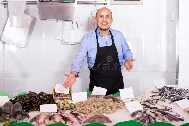 Κατεψυγμένα πωλητής ψάρια ατόμων χαμόγελου στοκ εικόνες