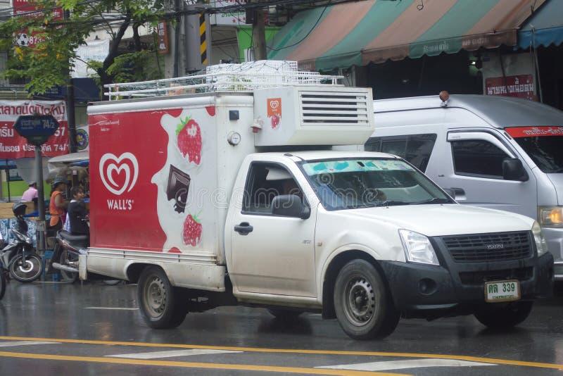 Κατεψυγμένο μίνι φορτηγό εμπορευματοκιβωτίων του παγωτού του τοίχου στοκ εικόνα
