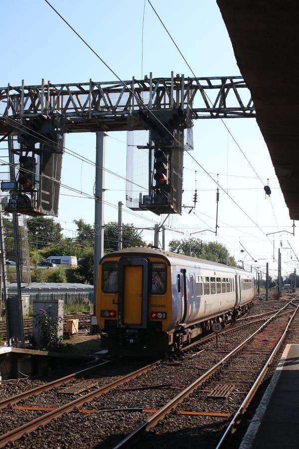 Κατηγορία 156 έξοχο τραίνο sprinter που αφήνει Carnforth στοκ φωτογραφία