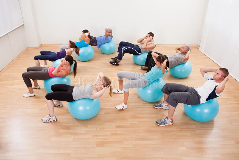 Κατηγορία διαφορετικών ανθρώπων που κάνουν pilates στοκ εικόνα με δικαίωμα ελεύθερης χρήσης