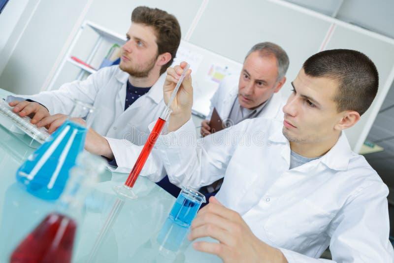 Κατηγορία χημείας στο πανεπιστήμιο στοκ φωτογραφίες με δικαίωμα ελεύθερης χρήσης