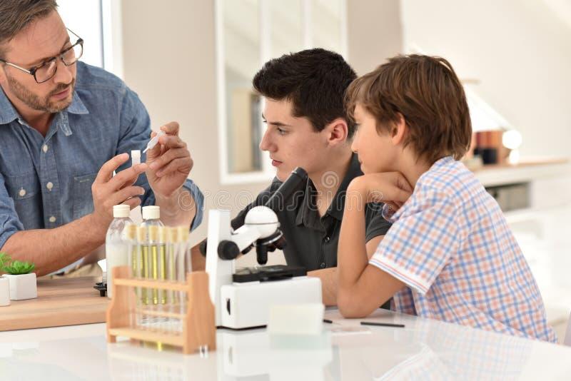 Κατηγορία χημείας στο σχολείο στοκ φωτογραφία με δικαίωμα ελεύθερης χρήσης