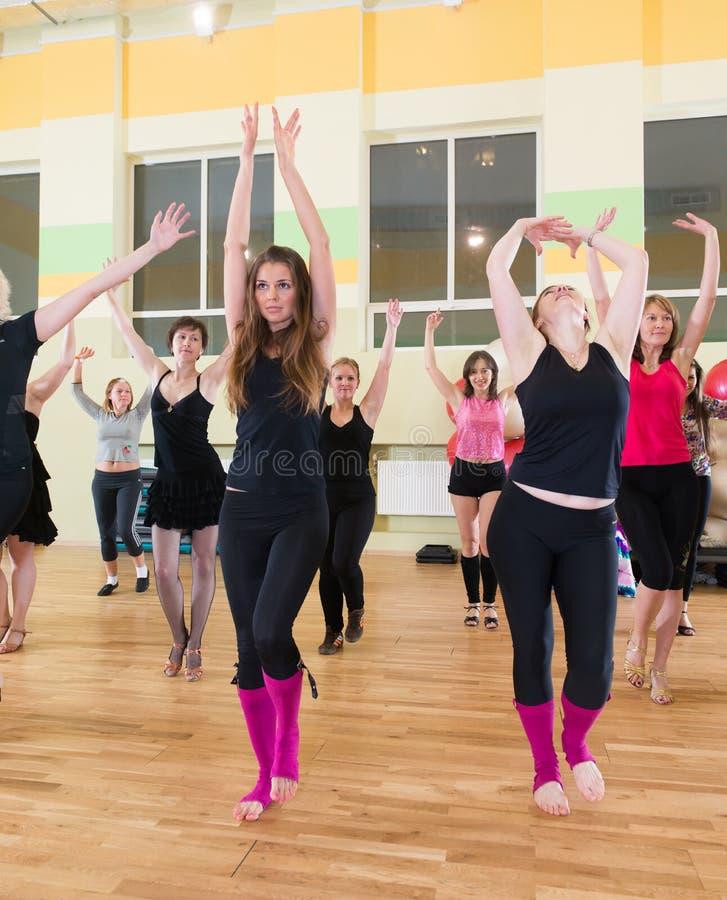 Download Κατηγορία χορού για το υπόβαθρο θαμπάδων γυναικών Εκδοτική Στοκ Εικόνα - εικόνα από άριστος, κόσμιος: 62718999
